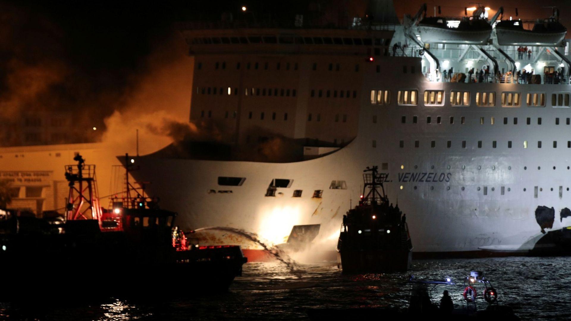Пожар на гръцки ферибот, пътниците свалени със спасителни жилетки (снимки)