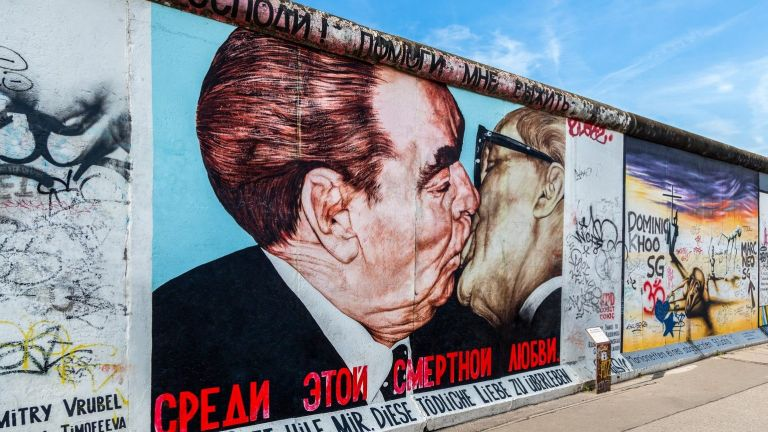 Графит, показващ бившия съветски лидер Леонид Брежнев (L) целувайки бившия източногермански комунистически лидер Ерих Хонекер от руския художник Дмитрий Врубел на Берлинската стена