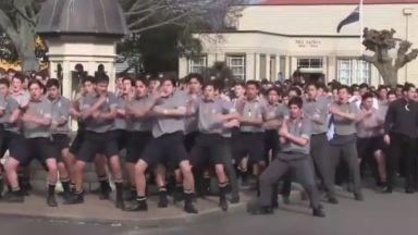 Как хиляди ученици отдават последна почит на любимия учител (видео)