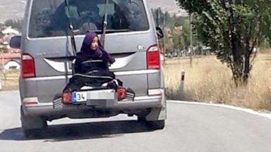 В Турция задържаха баща, вързал дъщеря си за микробус