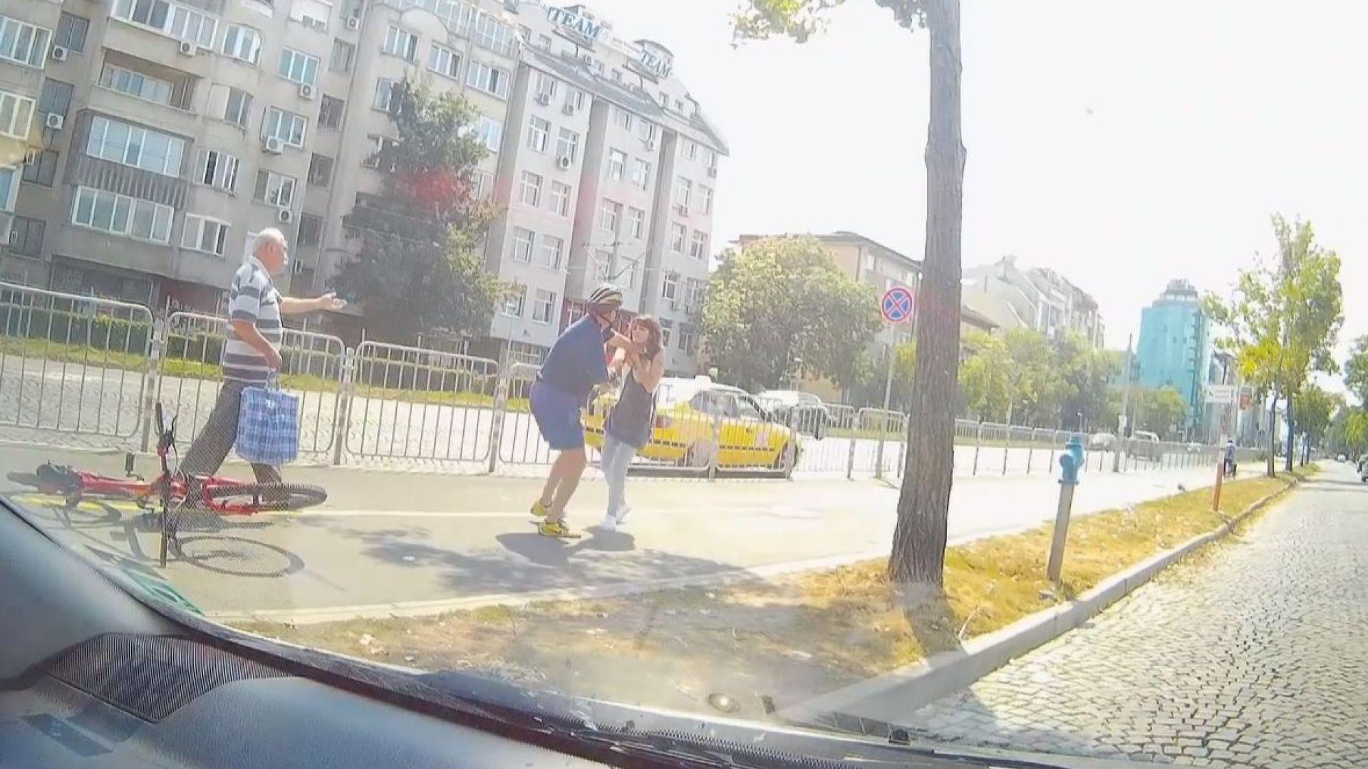 """Колоездач се бие с пешеходка в грозно зрелище до """"Пирогов"""" (видео)"""