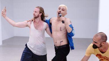 Скандалният артист Иво Димчев предизвика противоречиви реакции в английския X Factor