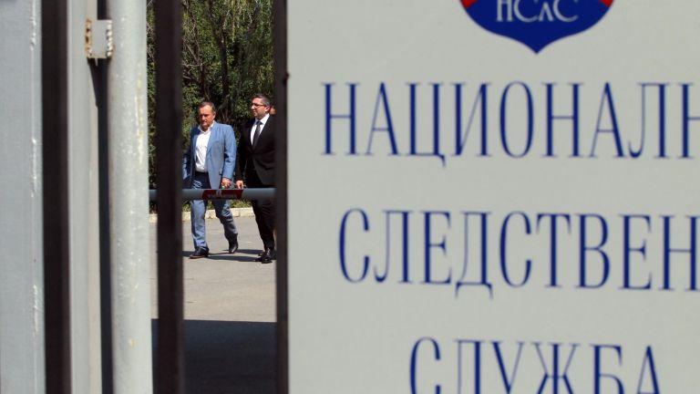 Двама надзиратели от ареста в сградата на Националната следствена служба