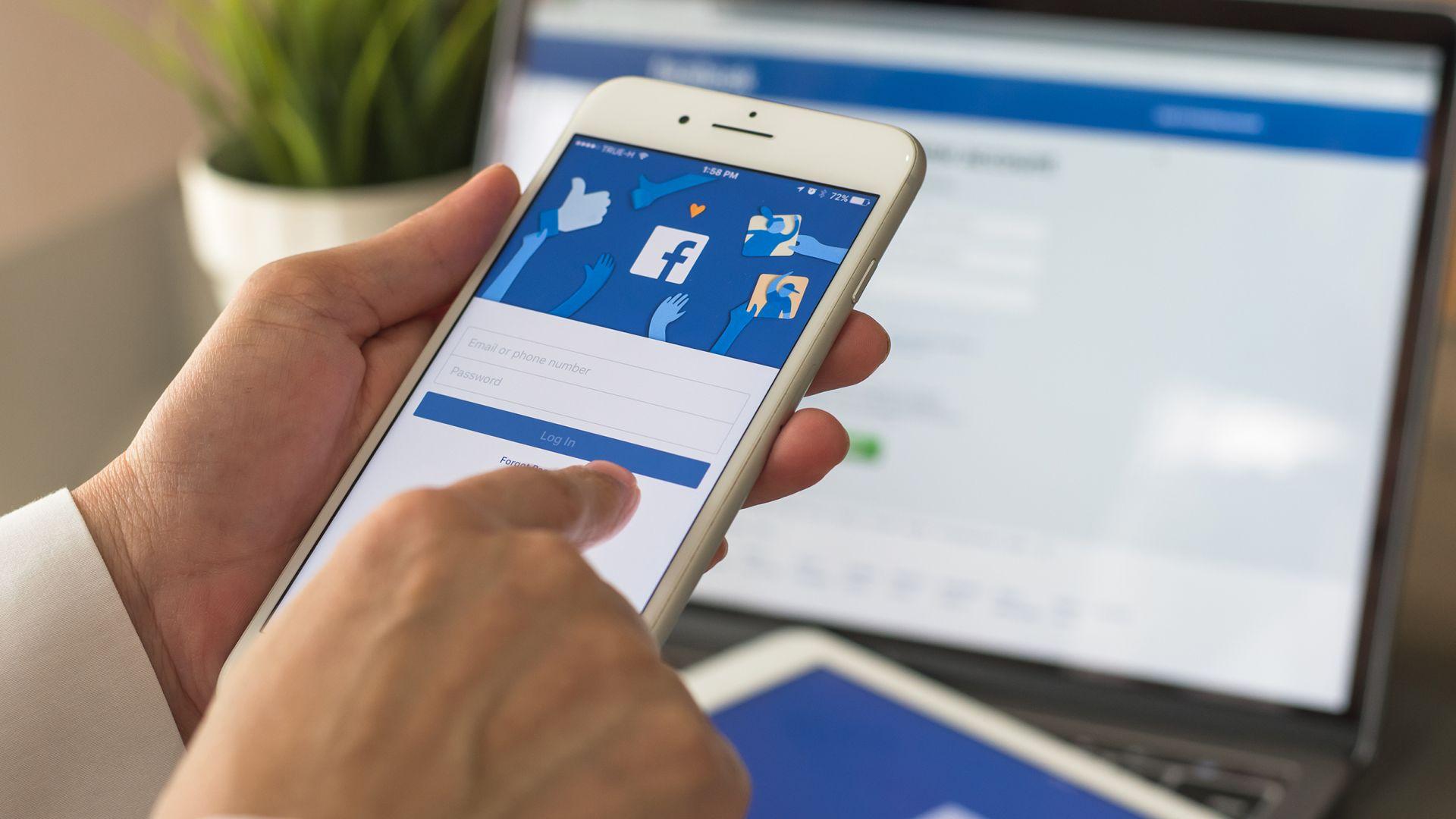 """""""Фейсбук"""" иска да знае с кого живеете"""