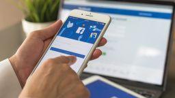 Facebook губи потребители в САЩ и Канада