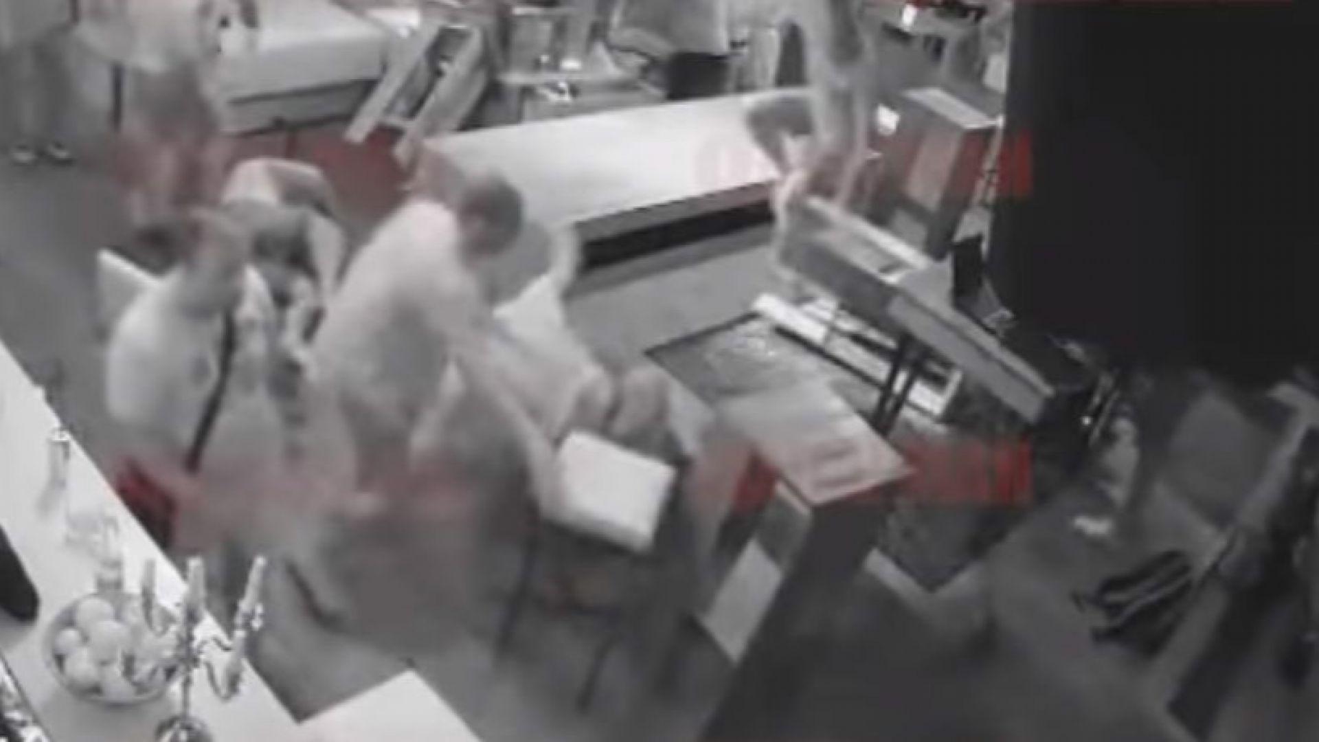Кърваво меле: Батки помитат друга компания в бургаски бар (видео 18+)