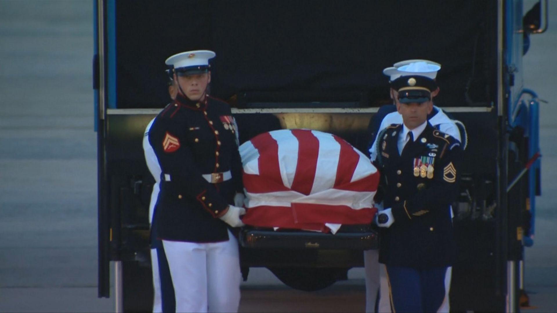 Ковчегът с тленните останки на сенатор Джон Маккейн пристигна във