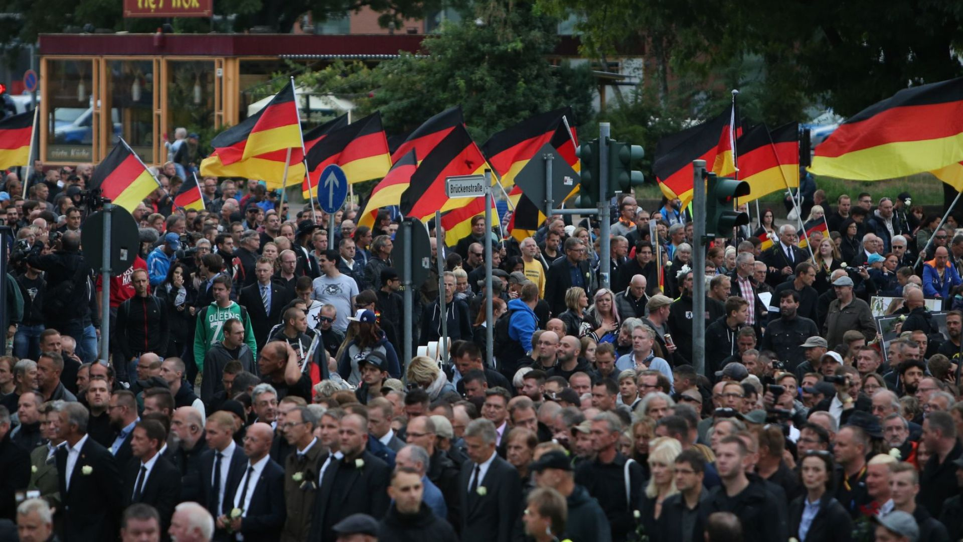 Протестите в Кемниц не спират - масови арести, полицията ползва водно оръдие