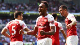 Арсенал се измъкна в Уелс, но напомни за проблемите