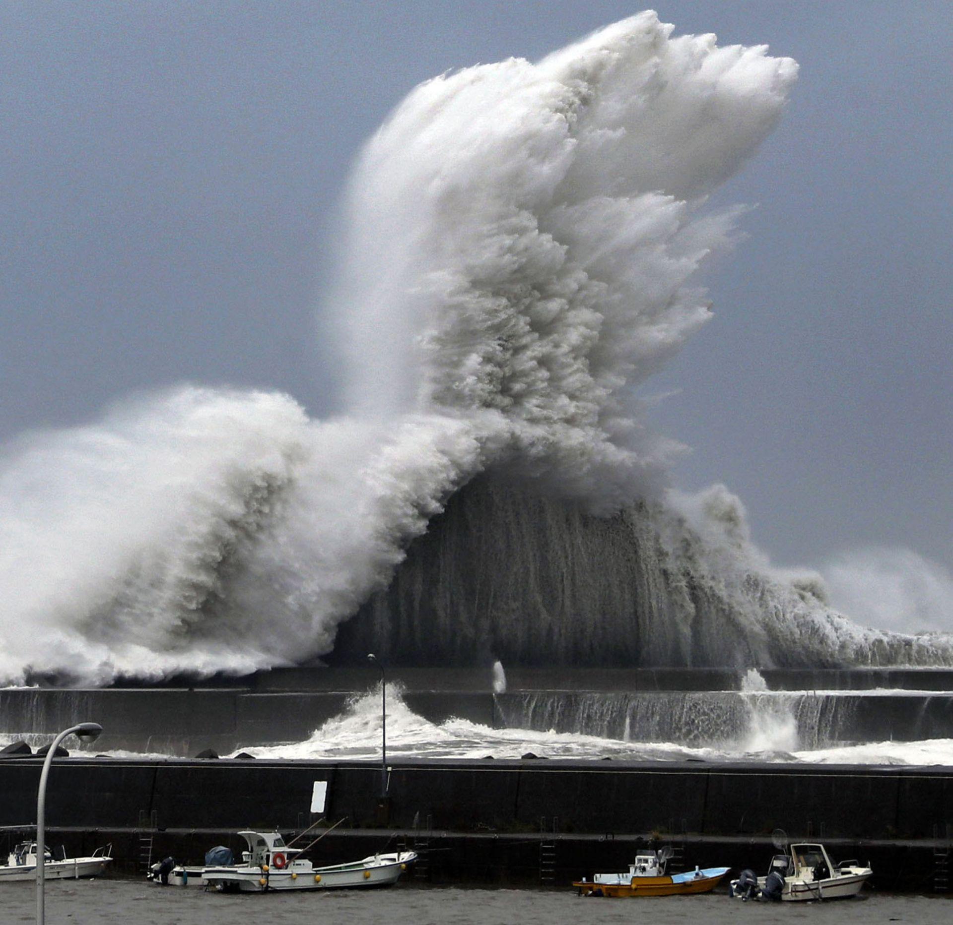 "Тайфунът ""Джеби"" в Япония"