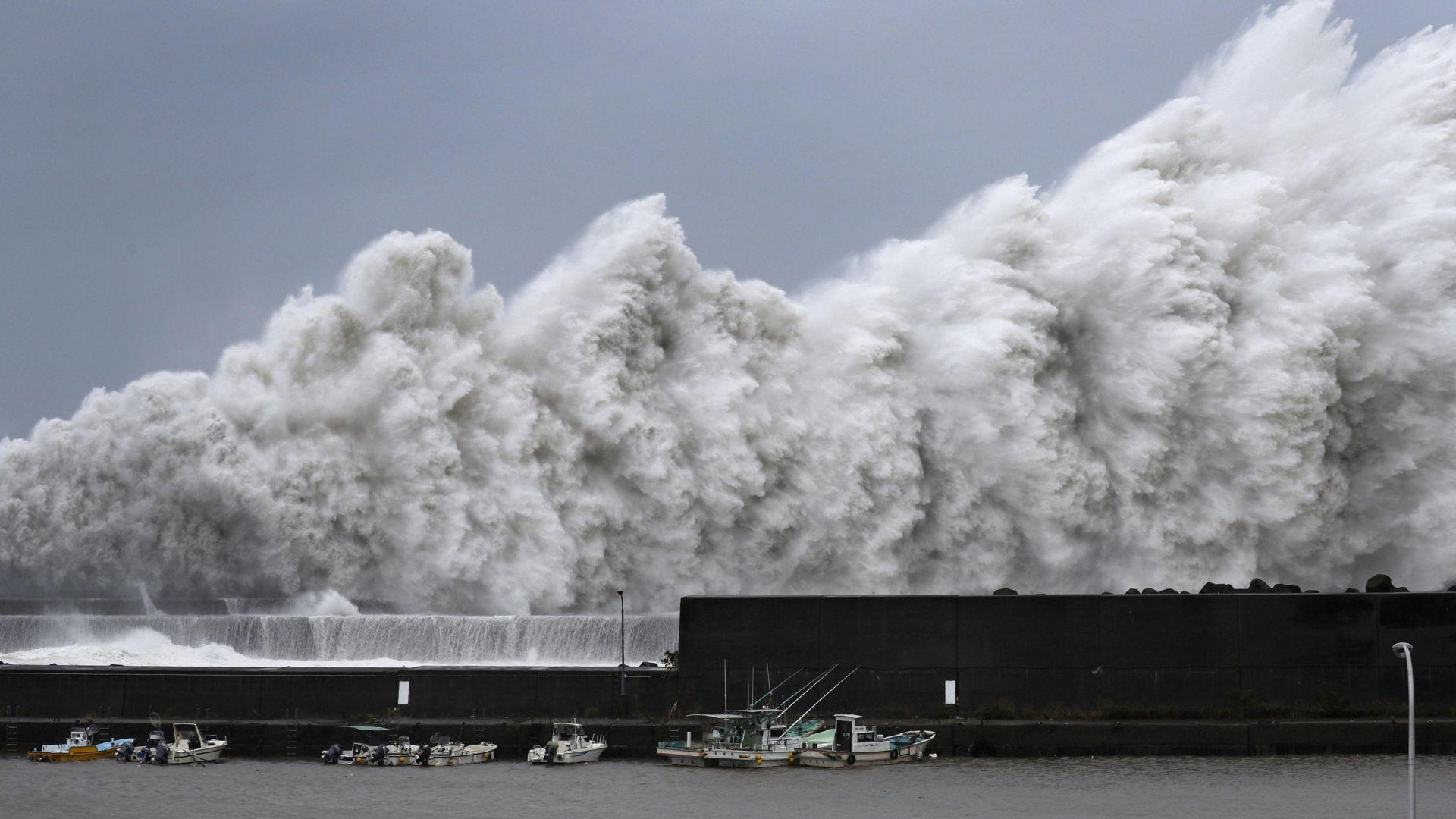 Тайфунът Джеби удари Япония с 220 км/ ч