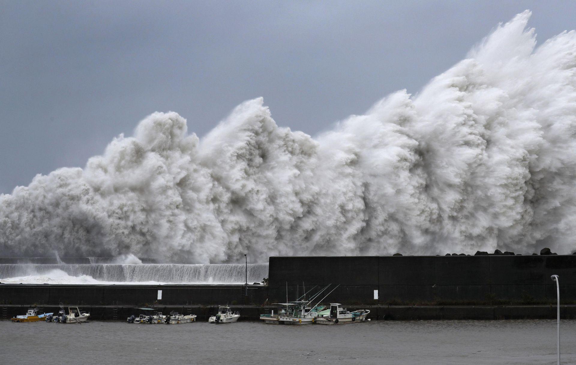 Тайфунът Джеби удари Япония