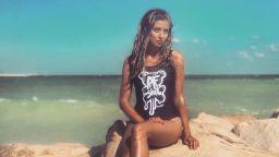 Саня Борисова отново щастлива, показа перфектна фигура на морето
