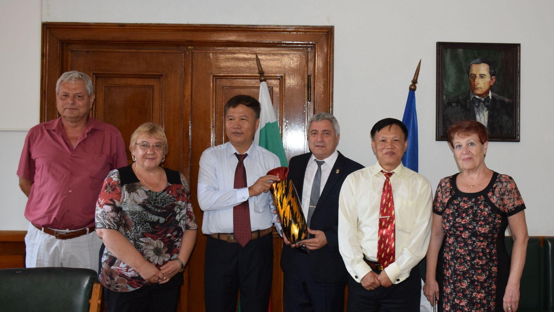 Бивши виетнамски студенти се върнаха в Русенския университет 30 г. по-късно