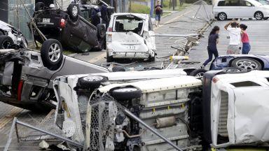 Тайфунът Джеби запрати танкер в мост, десетки са ранени (видео)