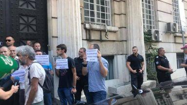 Недоволни нахлуха в министерство в опит за граждански арест на заместник на Московски