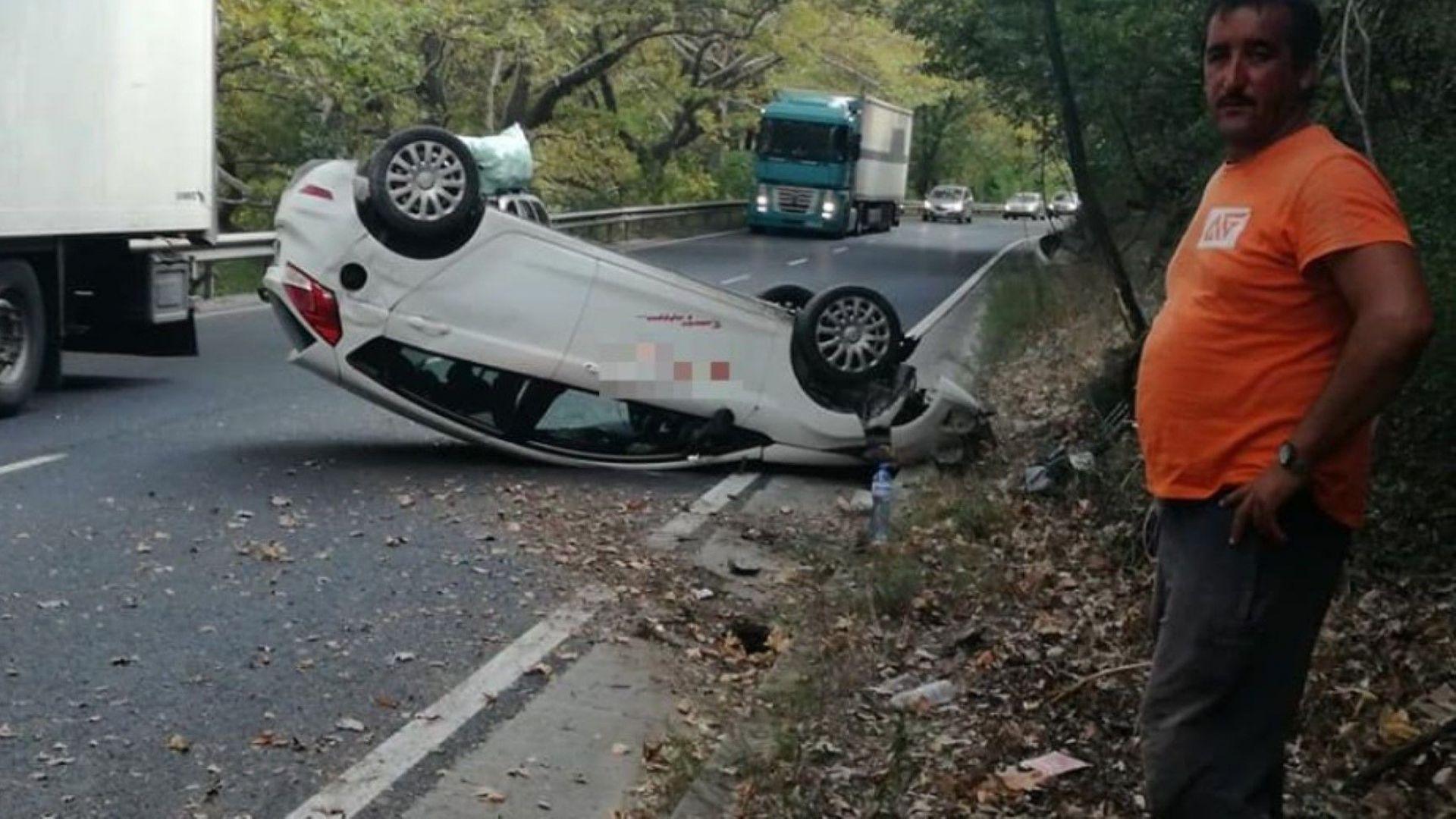 Срутена скала обърна кола в Кресненското дефиле