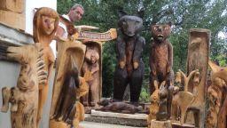 Самоук майстор на дървени фигури иска да извае... изгрева