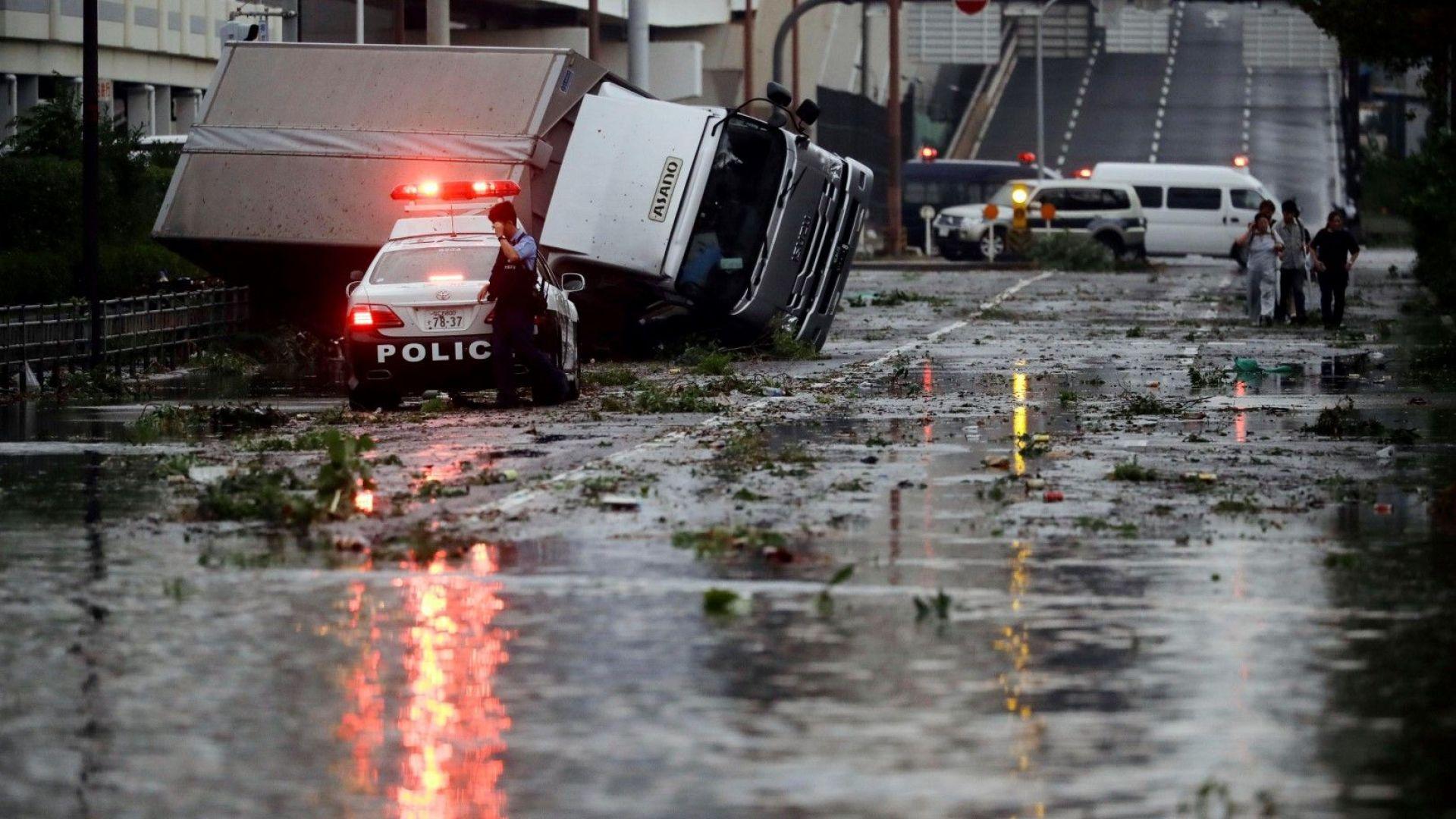 Осем са вече загиналите и над 300 ранените заради тайфуна Джеби