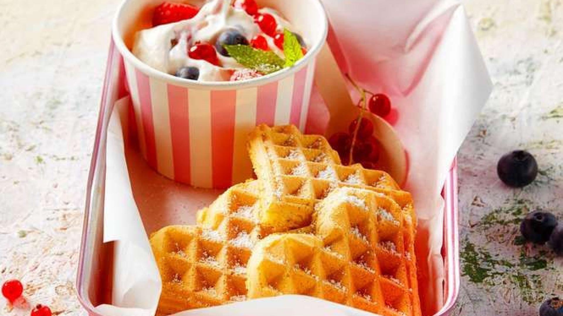 Само за послушковци: ванилови гофрети и кисело мляко с горски плодове