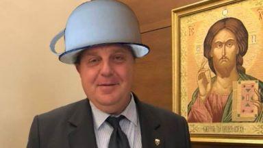 Социалните мрежи осмяха синята каска на Каракачанов (снимки)