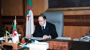 Алжирският президент уволнява генерали, ограничава властта на военните