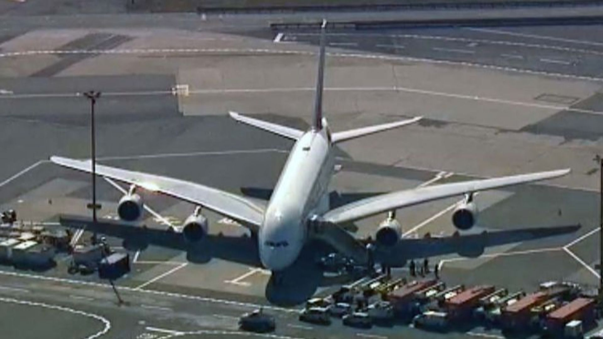 В САЩ поставиха цял самолет с 500 души под карантина