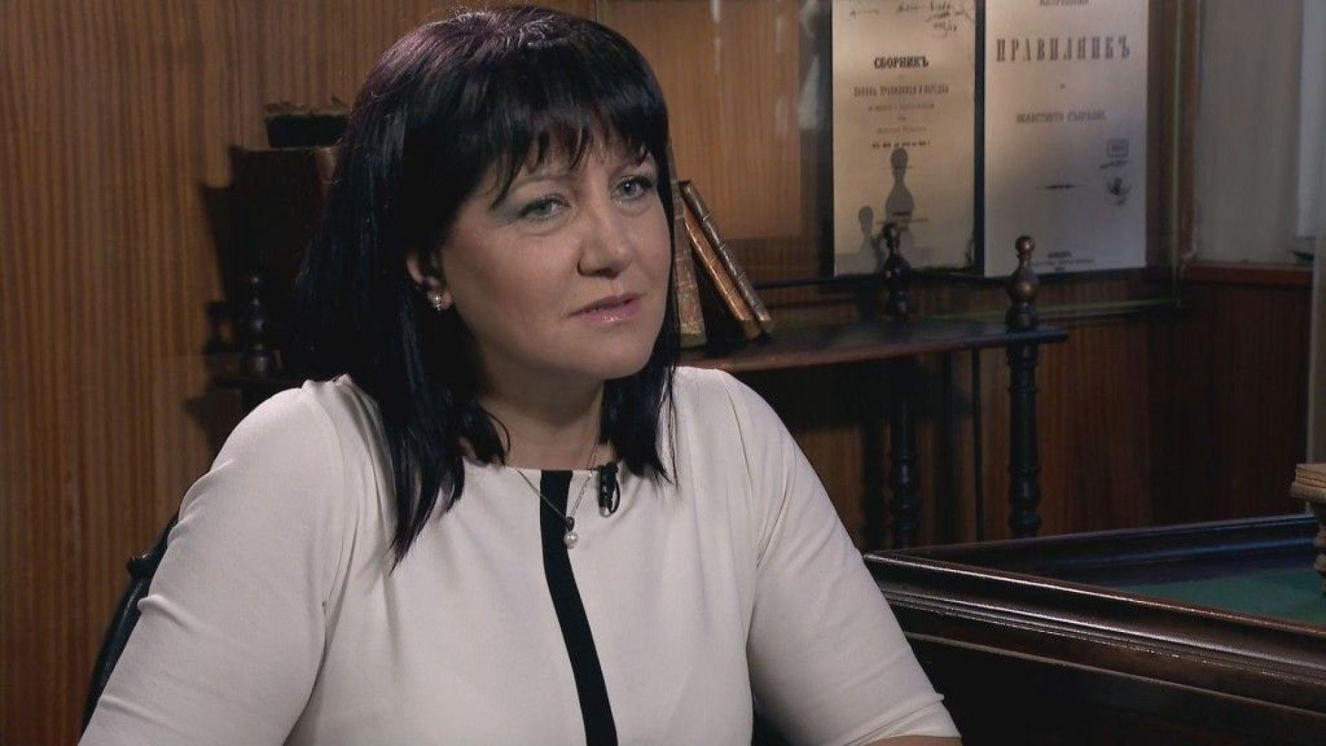 Цвета Караянчева: Президентът подготвя политически проект