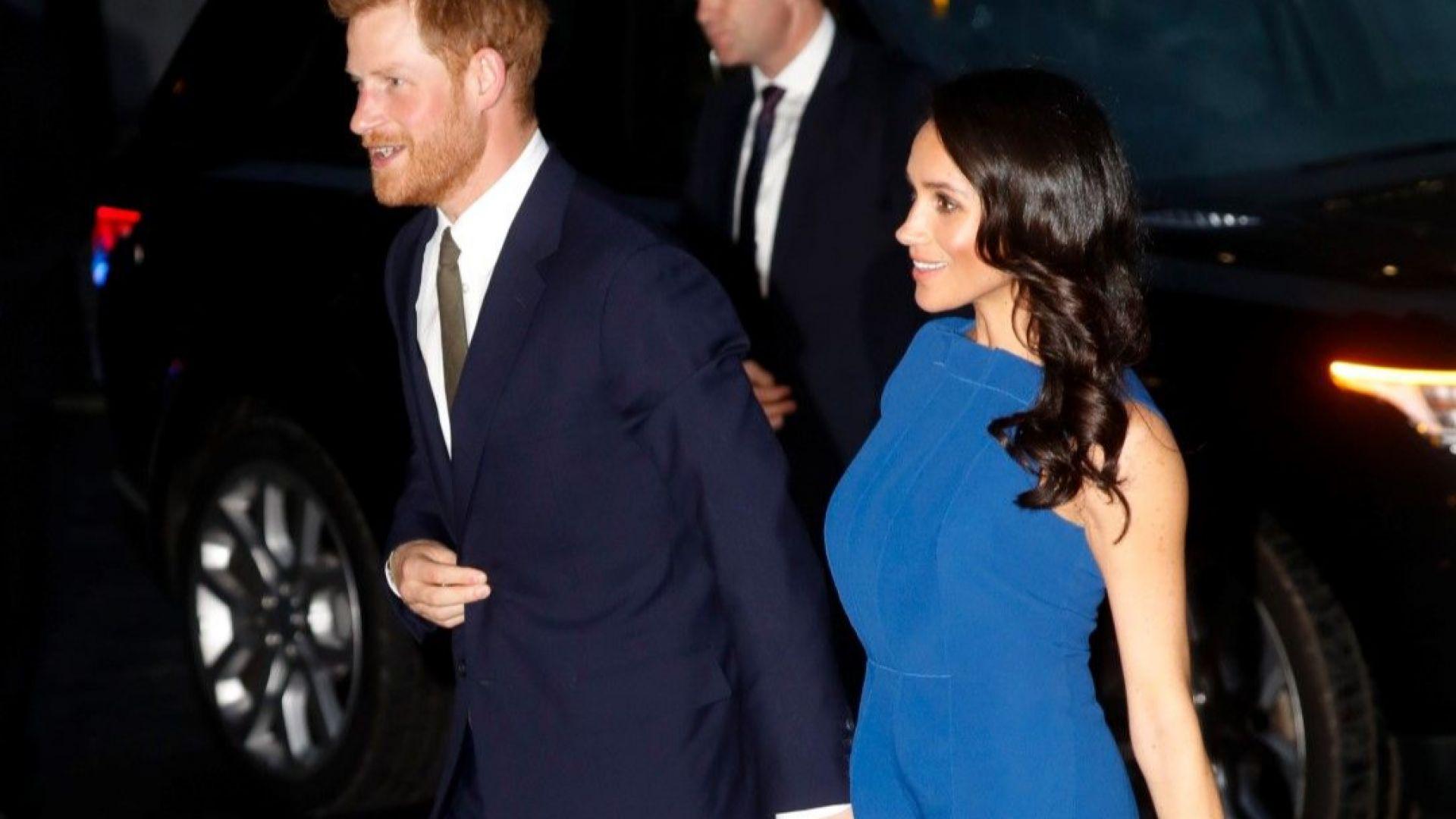 Меган в наситено синьо на благотворителна гала