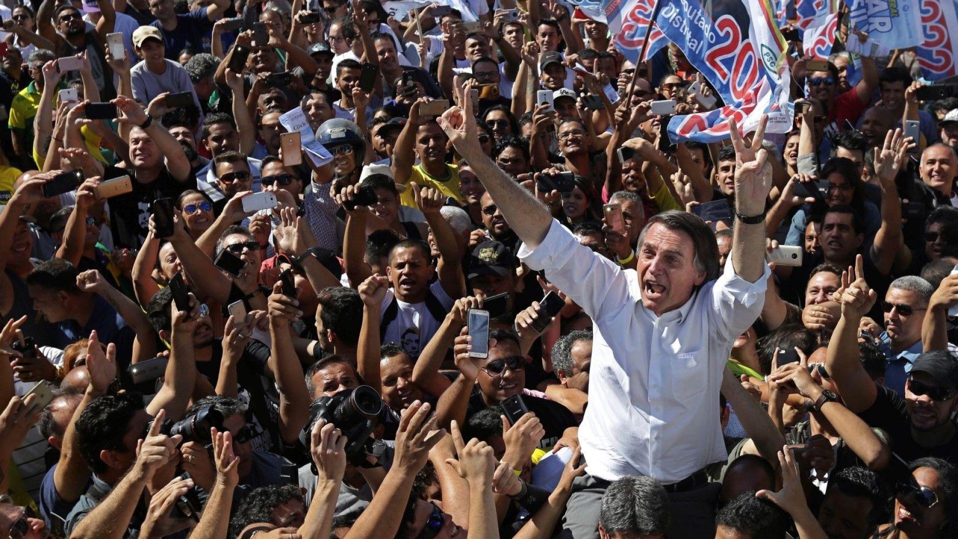 Кандидатът на крайната десница за президент на Бразилия Жаир Болсонаро сред свои поддръжници