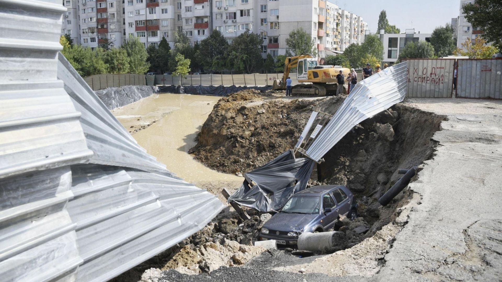"""Жива верига в """"Овча купел"""", след като кола падна в строителен изкоп"""
