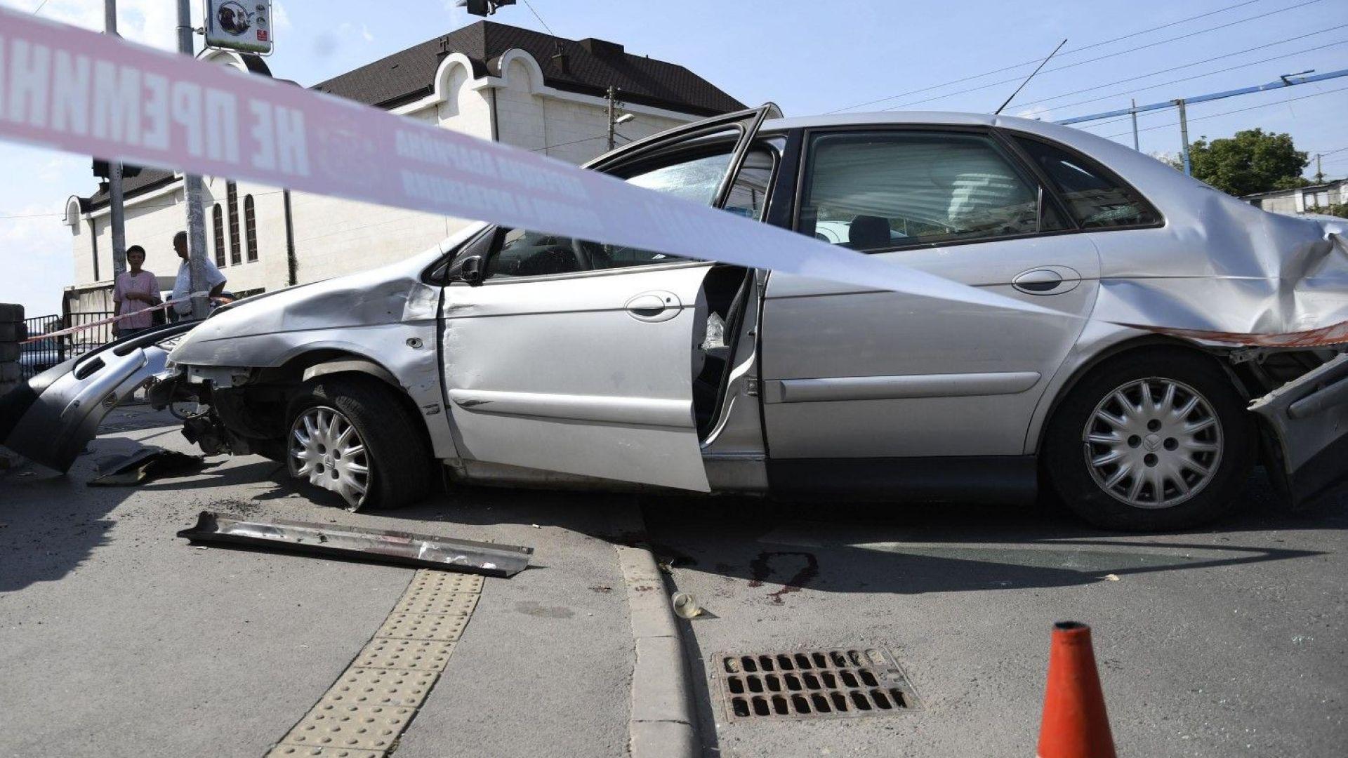 Автомобил се взряза в търговски център в София, 4-ма са ранени (снимки)