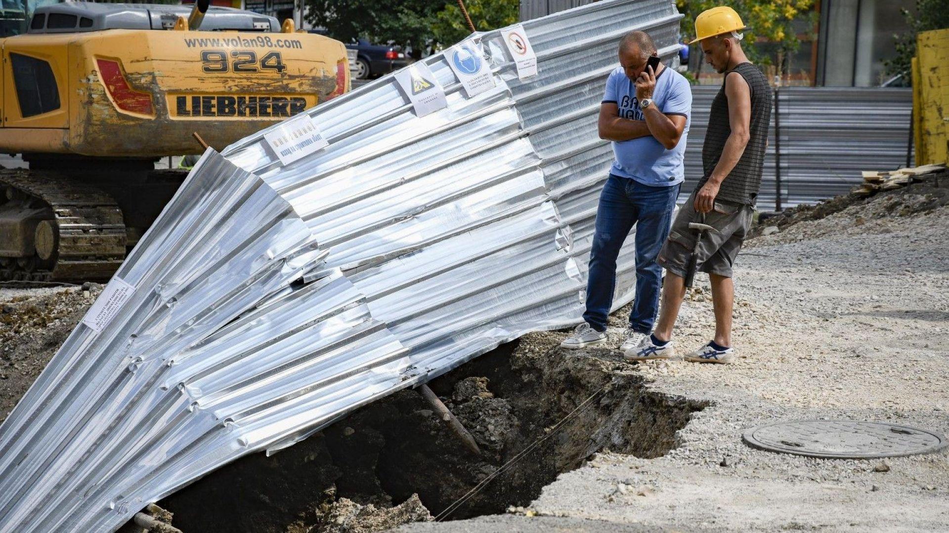 """Спират обекта в """"Овча купел"""", където автомобил пропадна в изкоп"""