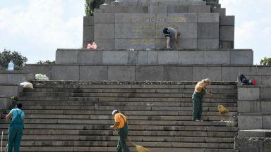 Паметникът на съветската армия отново осъмна залят с боя (снимки)