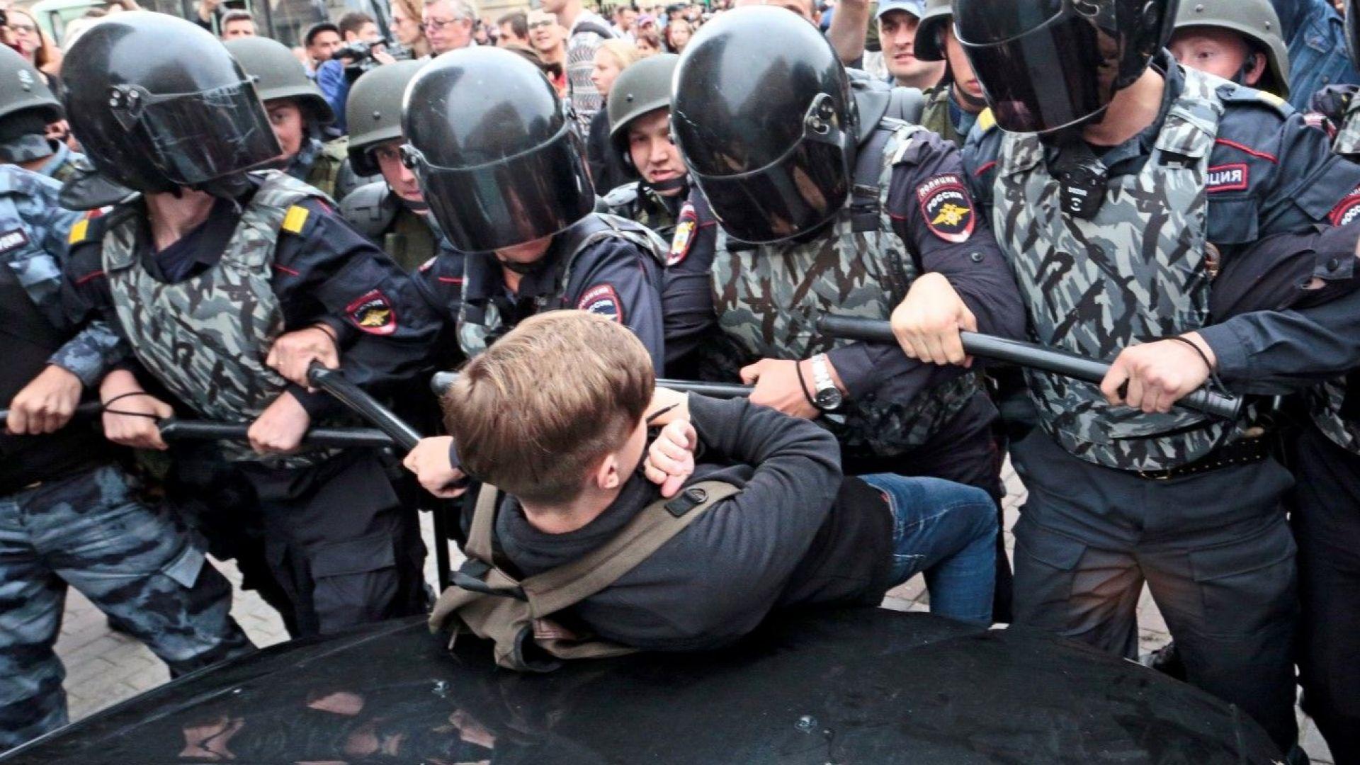"""Масови протестни """"разходки"""" и арести по време на изборите в Русия"""