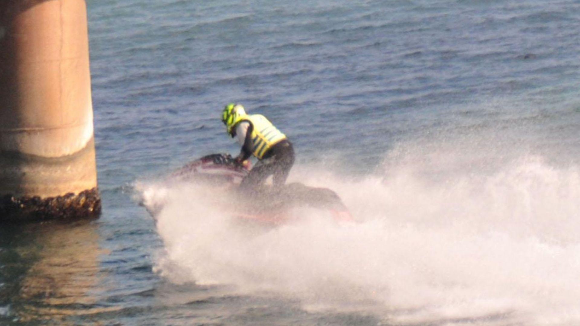Мъж се блъсна с джет в катера, който източва мазута от потъналия кораб