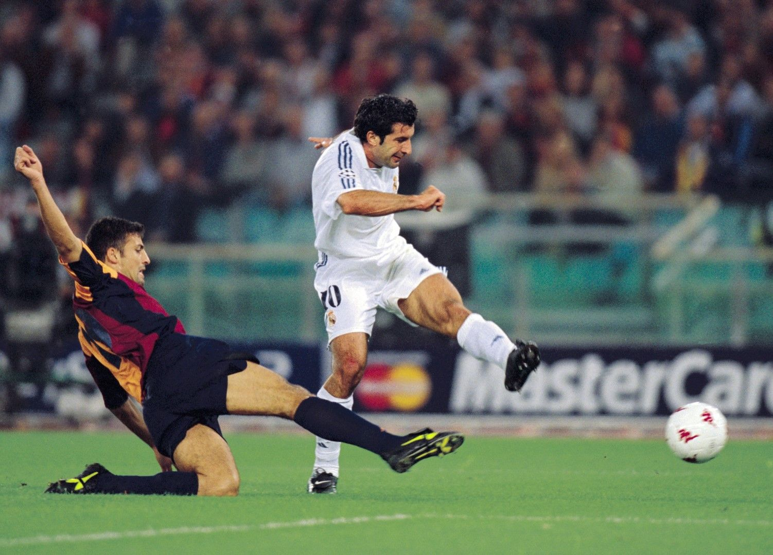 Луиш Фиго вкарва гол във вратата на Рома на 11 септември 2001 г., часове след атентатите.