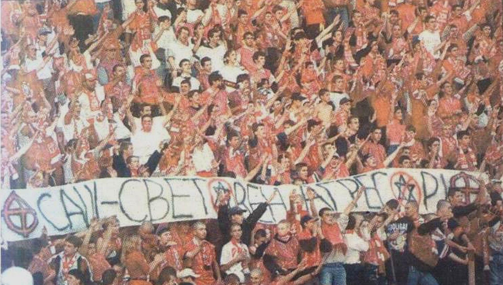 """Плакатът """"САЩ - Световен агресор"""", издигнат от агитката на ЦСКА, предизвика гневни реакции в Европа."""