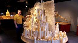 Скулптор строи модел на нов световен търговски център в Ню Йорк от 4 млн. кибритени клечки