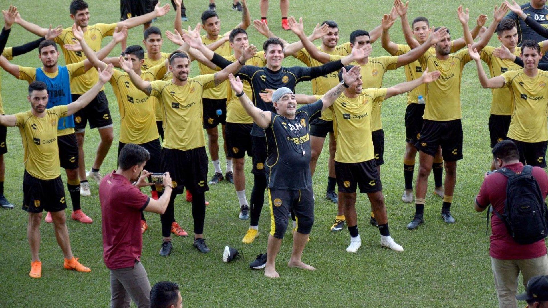 Шоу на първата тренировка на Марадона в Мексико (снимки и видео)
