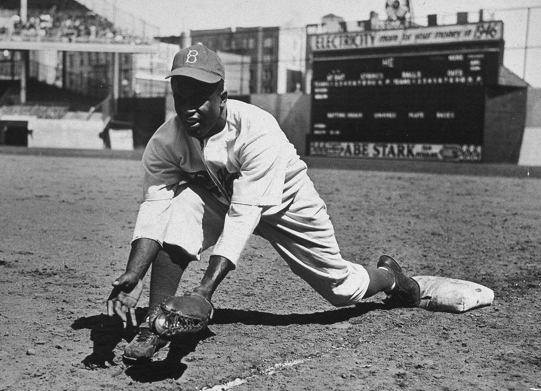 Джаки Робинсън е пионерът в бейзбола - тъмнокож професионалист, появил се в любимата на американците игра едва през 1947 г. Дотогава тя е запазена територия само за бели.
