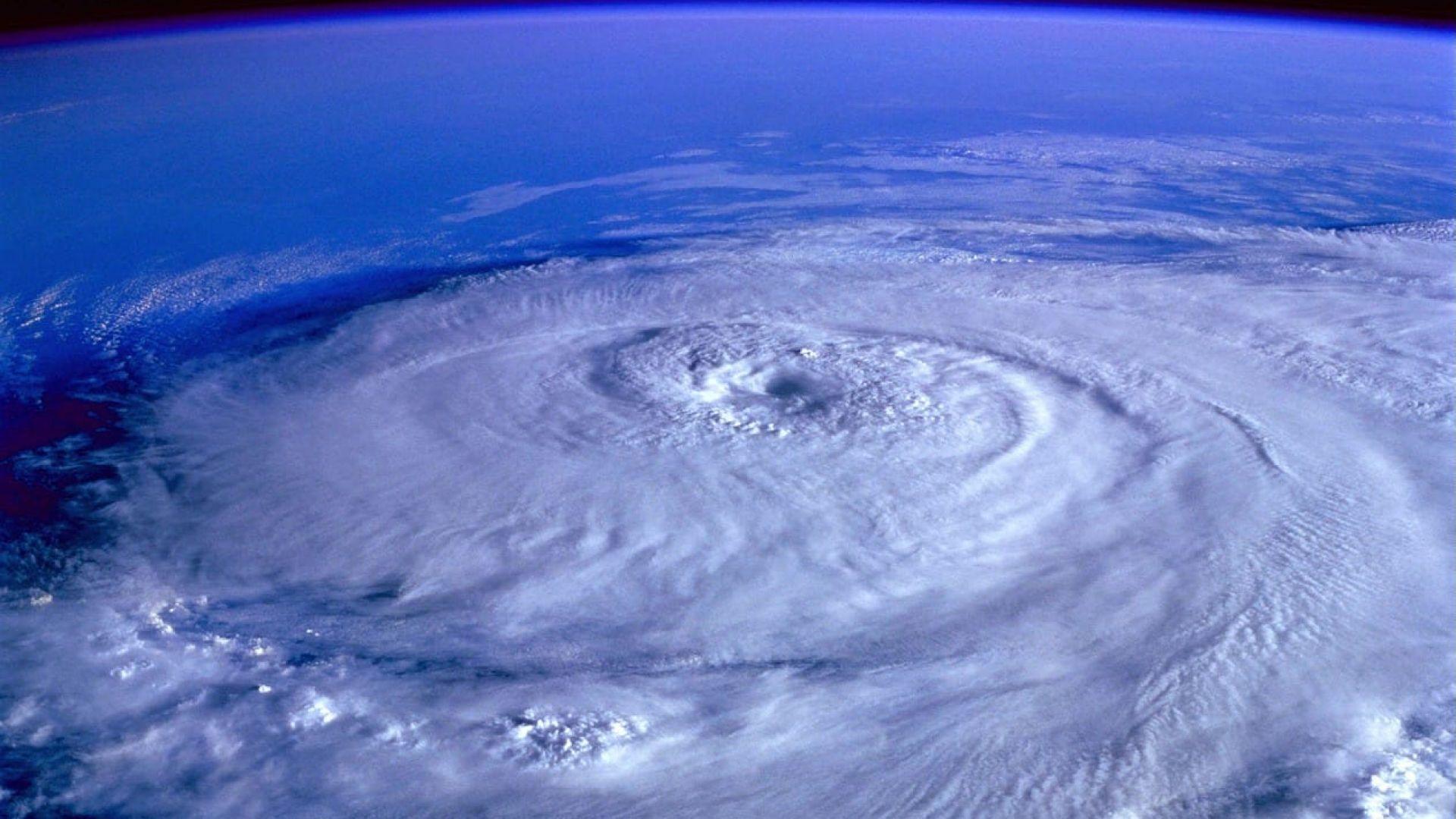 Ураганът Флорънс отслабна, но все още е много опасен (видео)