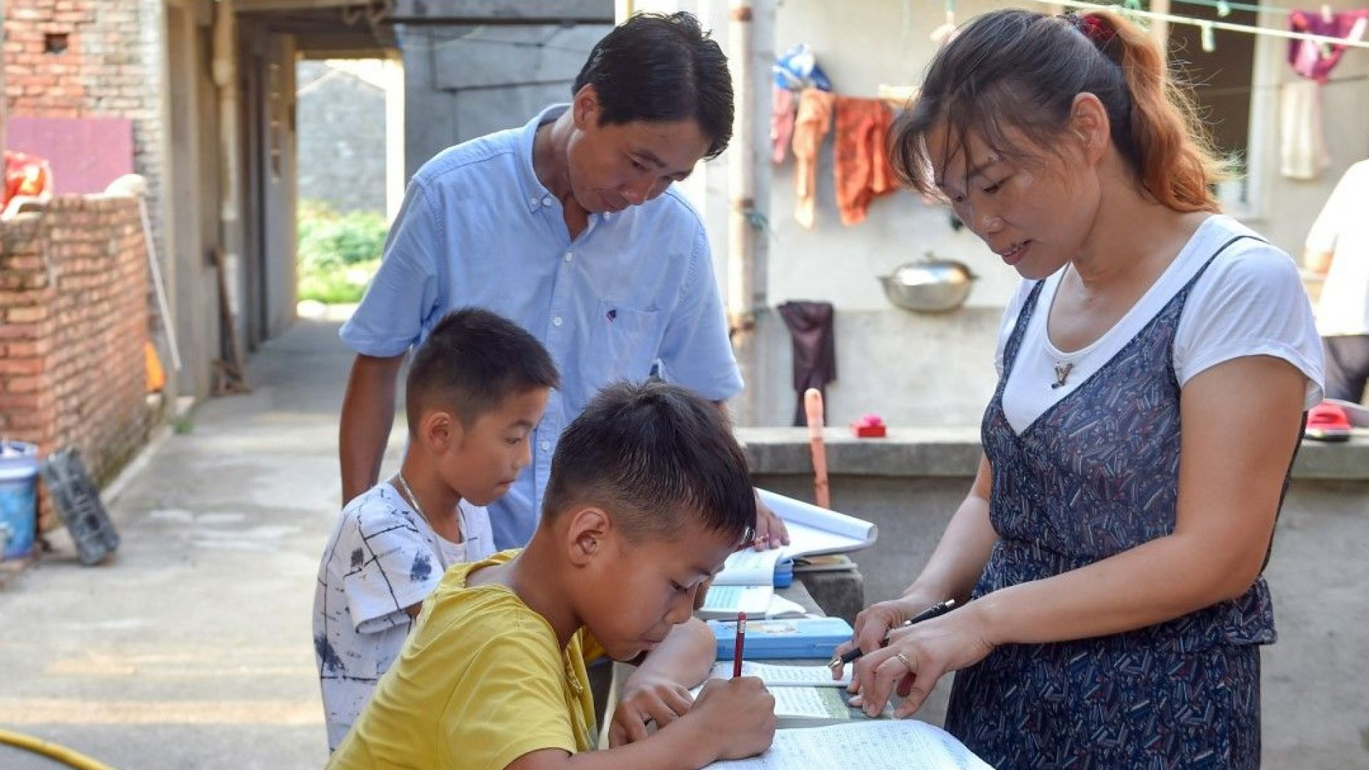 Семейство учители 23 г. обучава децата на обезлюдяващ се остров (галерия)