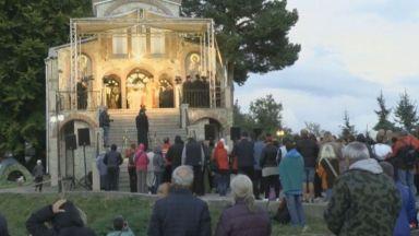 Хиляди вярващи посрещнаха Кръстовден на Кръстова гора с надежда за изцеление