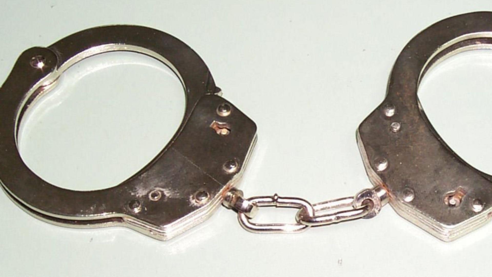 Двама журналисти и адвокат са арестувани в Радомир по време на журналистическо разследване