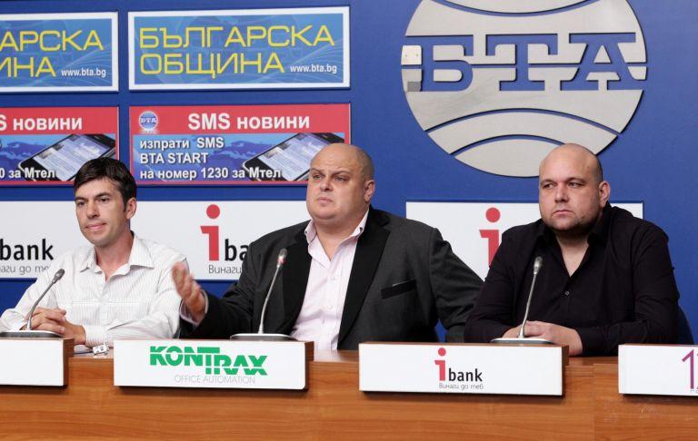 Емил Русанов (в средата)