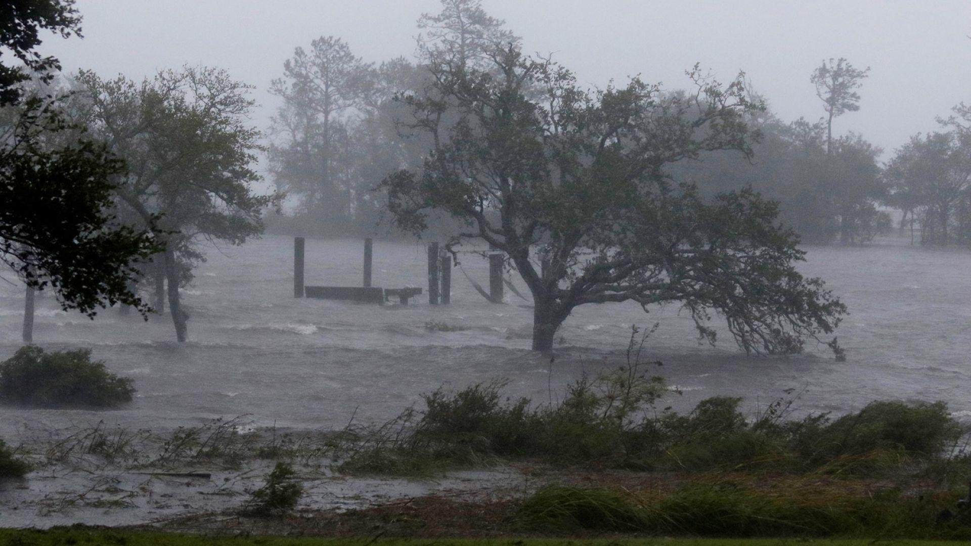 Ураганът Флорънс достигна американския бряг в Северна Каролина. Макар стихията