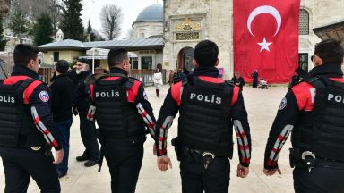 Със сълзотворен газ разпръскват протест на работници на летище в Истанбул
