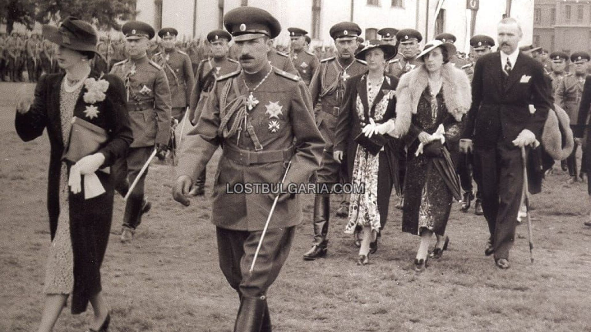 Цар Борис III и царица Йоанна, княз Кирил, княгиня Евдокия, херцогиня Надежда и вюртембергския Херцог Албрехт във Bоенното училище в София, вероятно 1937 г.