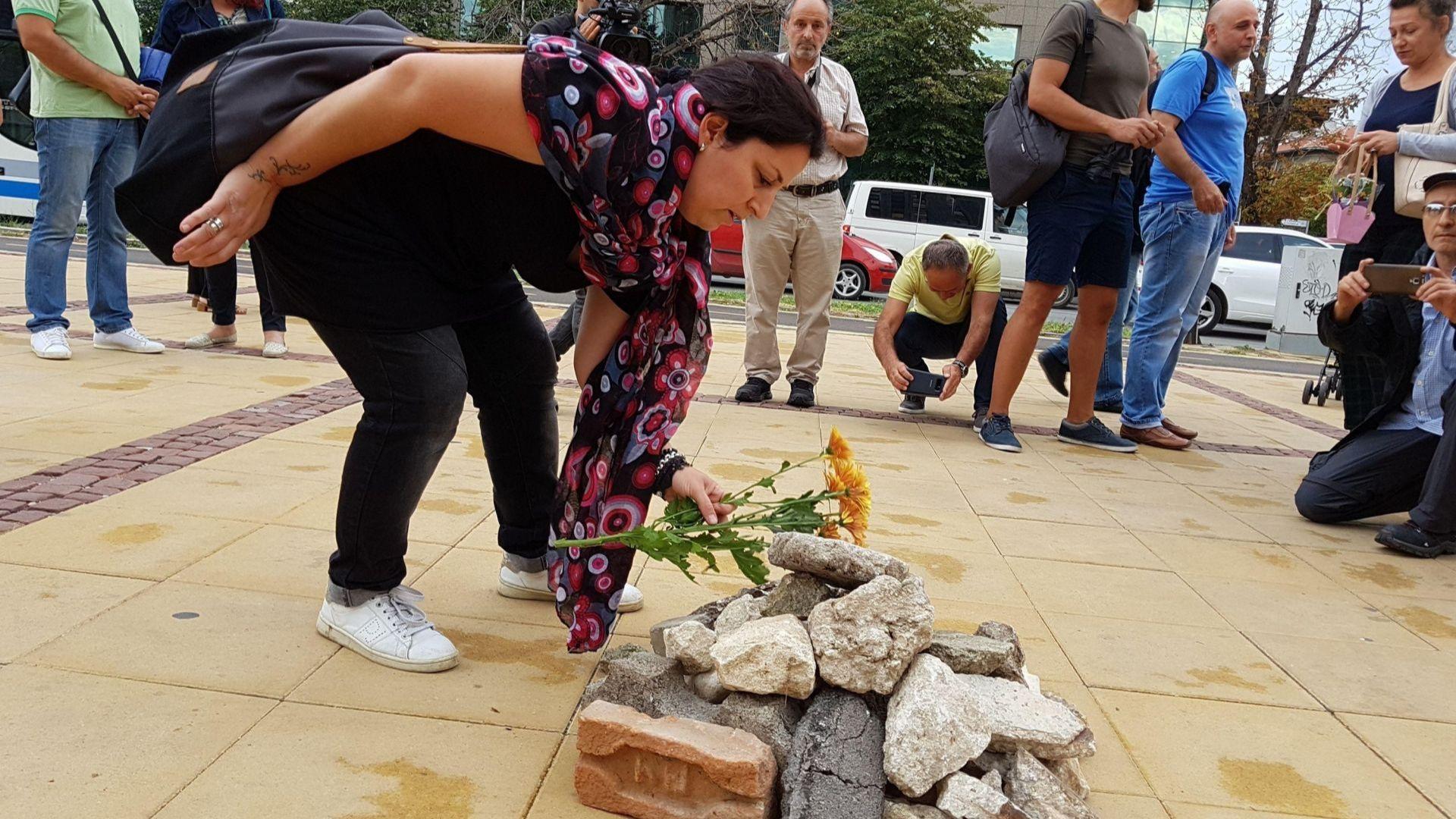 """Започнаха пак да трупат """"грамада"""" пред Община Варна, сега в памет на балетиста"""